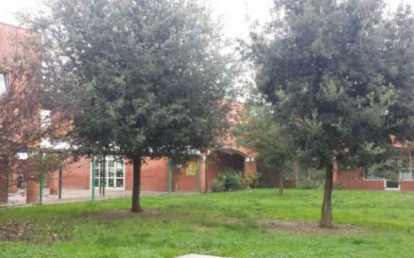 Giardino davanti scuola primaria Gandhi