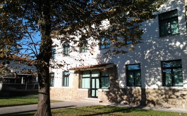 Vista laterale da destra scuola primaria Da Vinci