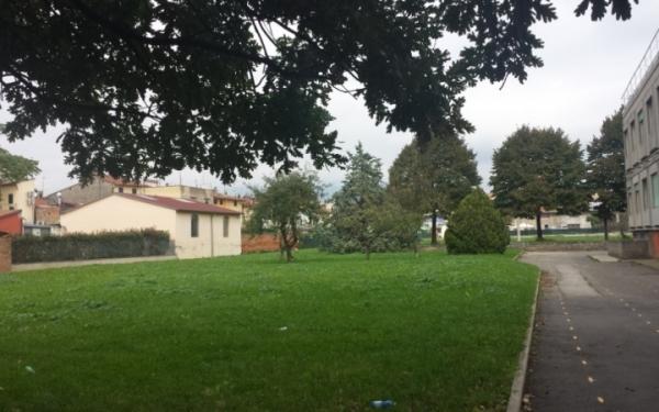 Giardino laterale scuola secondaria di primo grado Zipoli